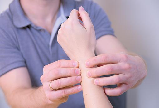 Untersuchung eines Handgelenkes