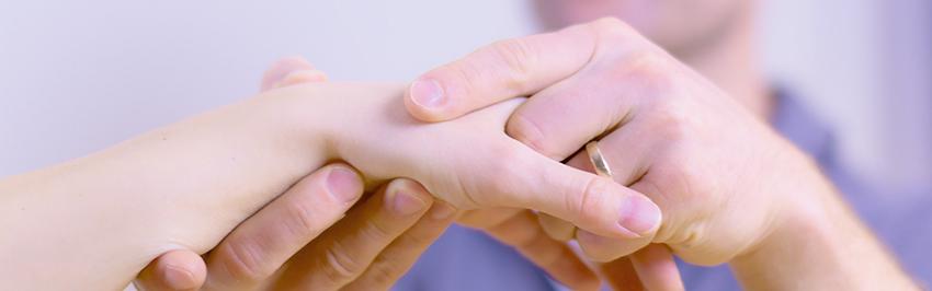 Untersuchung einer Hand